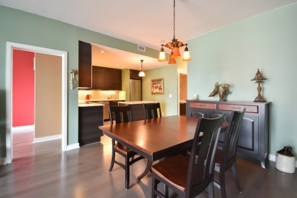 Bright 9Ft. Floor-To-Ceiling Windows With Hardwood Flooring & Smooth Ceilings Throughout.