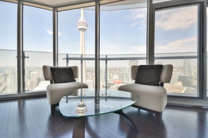 Bright 9Ft. Floor-To-Ceiling Wrap Around Windows With Hardwood Flooring Throughout Facing Stunning Unobstructed C.N. Tower & Lake Views.