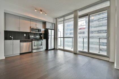 Bright 9Ft. Floor-To-Ceiling Windows With Laminate Flooring & Balcony C.N. Tower Views.