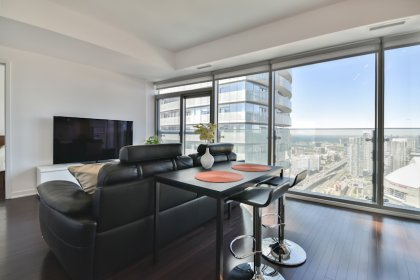 Bright 9Ft. Floor-To-Ceiling Windows With Hardwood Flooring Throughout The Living Areas Facing Stunning Unobstructed C.N. Tower Views