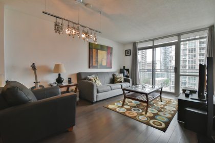 Bright Floor-To-Ceiling Windows With Laminate Flooring Throughout Facing Balcony C.N. Tower & Lake Views.