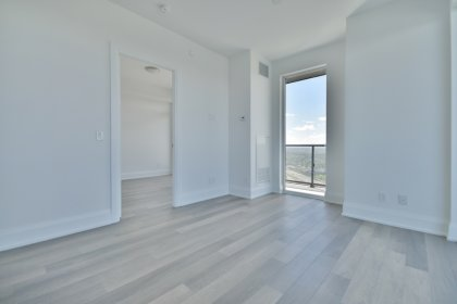 Bright 9Ft. Floor-To-Ceiling Windows With Laminate Flooring Throughout Facing Stunning C.N. Tower & Lake Views.
