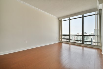 Bright 9-Foot Floor-To-Ceiling Windows With Crown Moulding & Laminate Flooring Throughout Facing Stunning Unobstructed C.N. Tower & City Views.