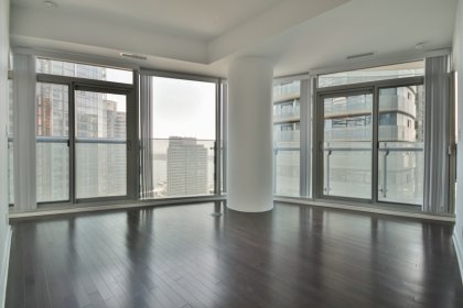 Bright 9Ft. Floor-To-Ceiling Windows With Hardwood Flooring Throughout The Living Areas Facing CN Tower & Lake Views.