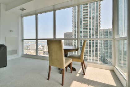 Bright Floor-To-Ceiling Wrap Around Windows With Broadloom Flooring Throughout Facing C.N. Tower & Lake Views. An Open Concept Living And Dining Area