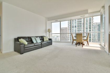 Bright Floor-To-Ceiling Wrap Around Windows With Broadloom Flooring Throughout Facing C.N. Tower & Lake Views.