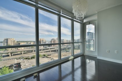Open Concept Living & Dining Areas With Bright Floor-To-Ceiling Wrap Around Windows & Laminate Flooring Throughout Facing Lake & Parc Views.