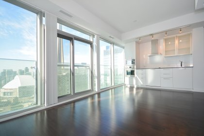 Bright 9Ft. Floor-To-Ceiling Windows With Hardwood Flooring Throughout The Living Areas Facing CN Tower Views.