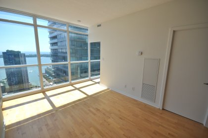 9 Ft. Floor-To-Ceiling Windows With Hardwood Flooring Throughout Facing Spectacular Lake Views.