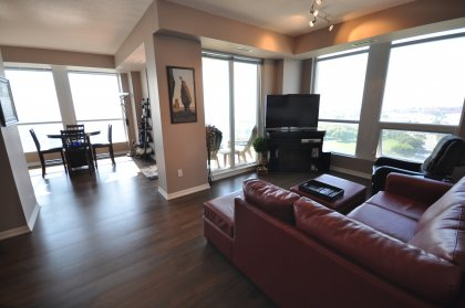 Bright & Spacious Living/Dining Areas With 9Ft. Ceiling, Gleaming Hardwood Flooring & Designer Paint Colours Overlooking The Lake.