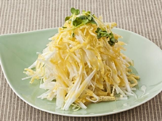 山芋と大根とかいわれ大根のサラダ 味噌ドレッシングかけ
