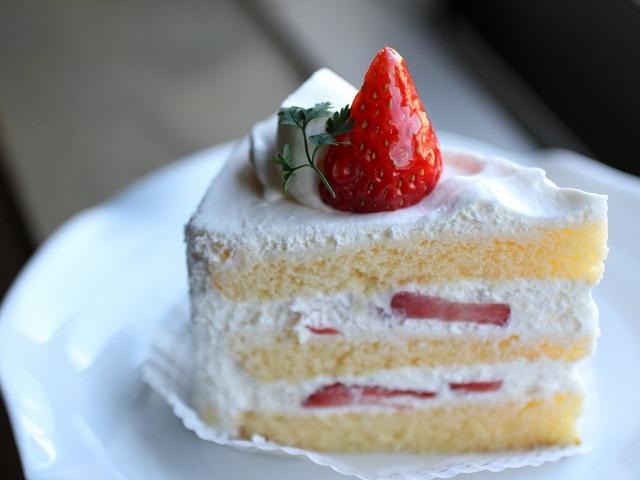 頑張っているご褒美にケーキで自分を癒したい。「ケーキ」の糖質ランキングの結果は?