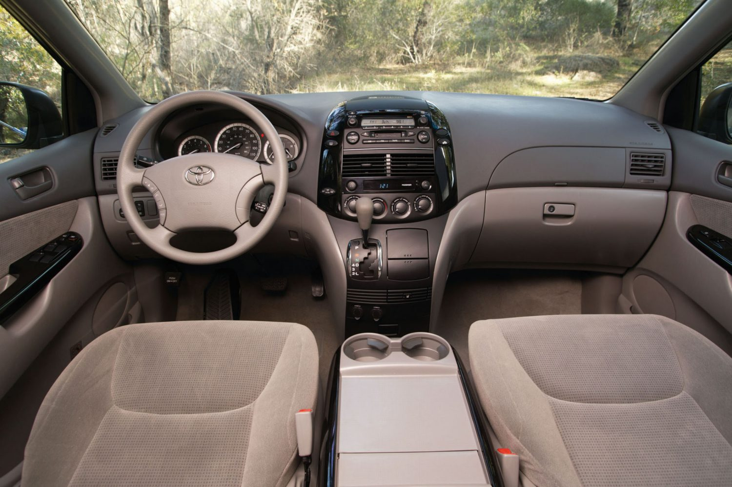 2004 2005 sienna le interior 001 toyota usa newsroom 2004 2005 sienna le interior 001