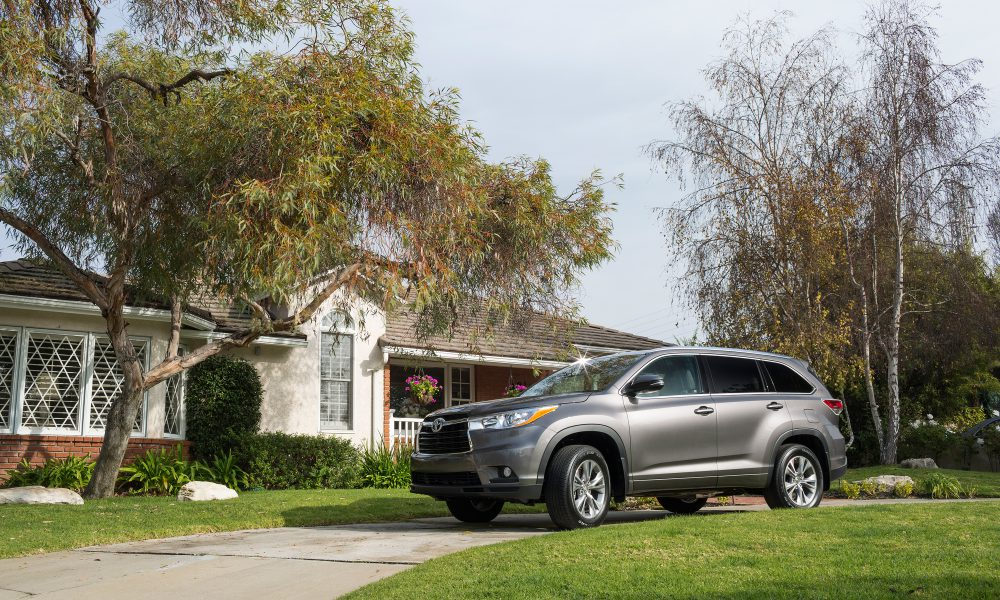 2015 Toyota Highlander Captures Kelley Blue Book Best Buy Award