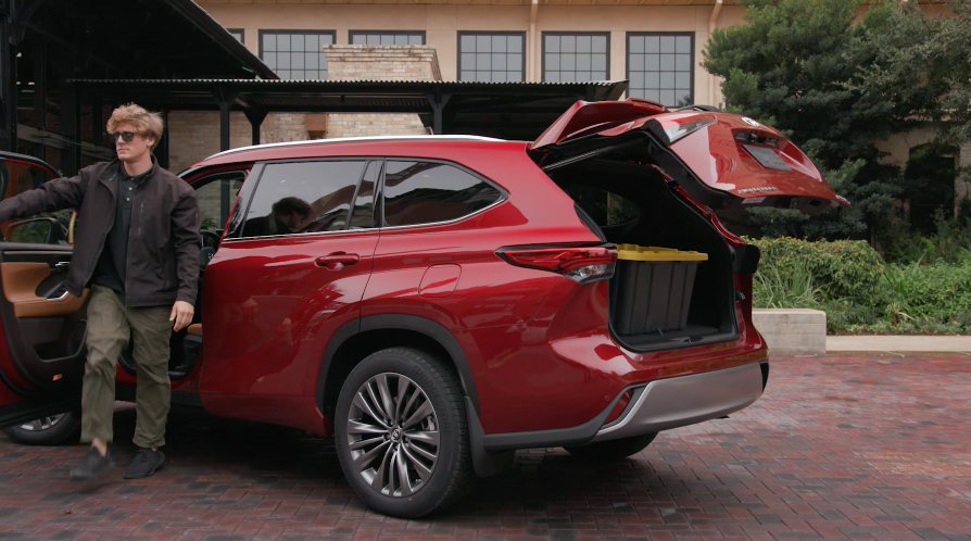 2020 Highlander_Hands_Free_Power_Rear_Liftgate