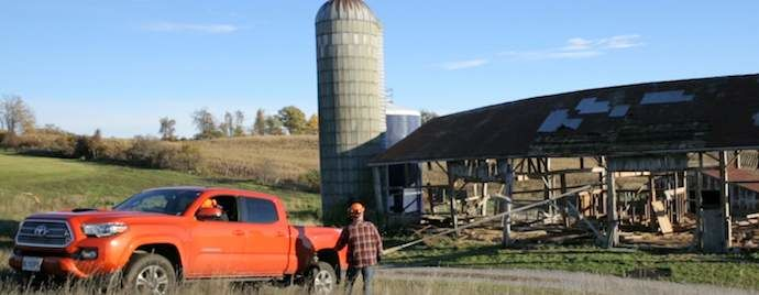 Démolition et revalorisation: Récupérer des planches de grange avec un Tacoma