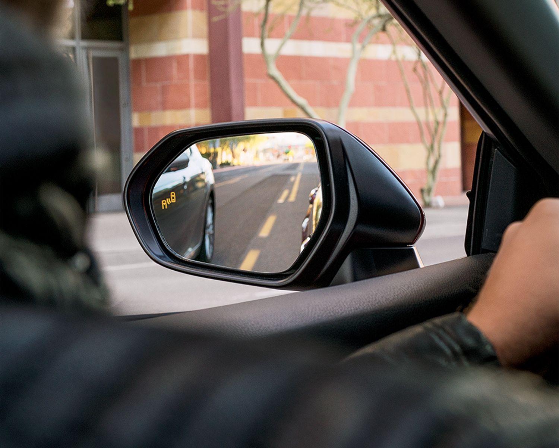 Moniteur d'angles morts avec alerte de circulation transversale arrière disponibles