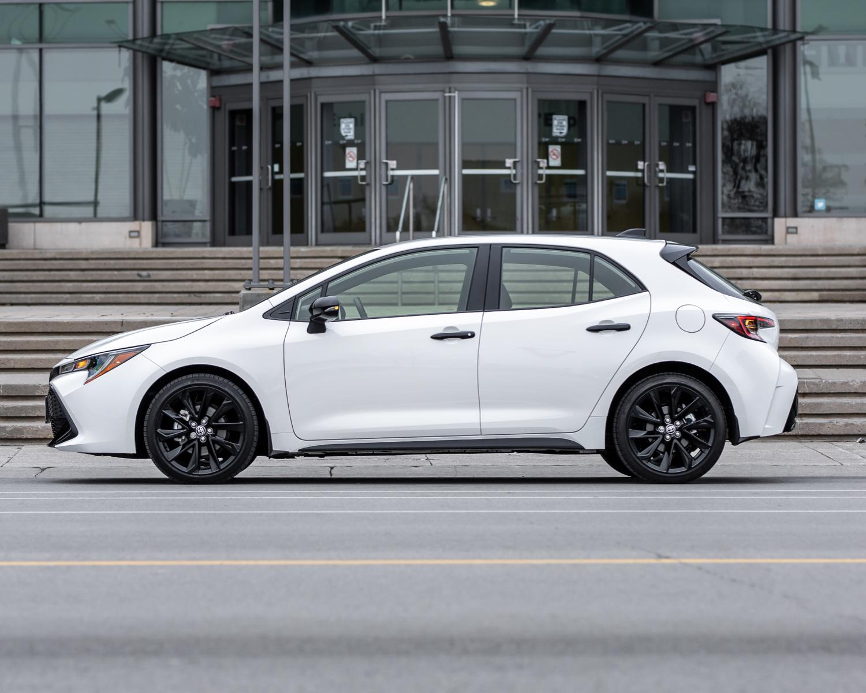 Corolla Hatchback CVT Groupe Nightshade montrée en Super black