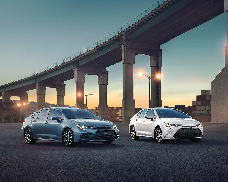 Corolla XSE montrée en Gris céleste métallisé et Corolle hybride montrée en Super blanc