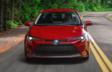 Corolla hybride premium montrée en Rouge rubis nacré