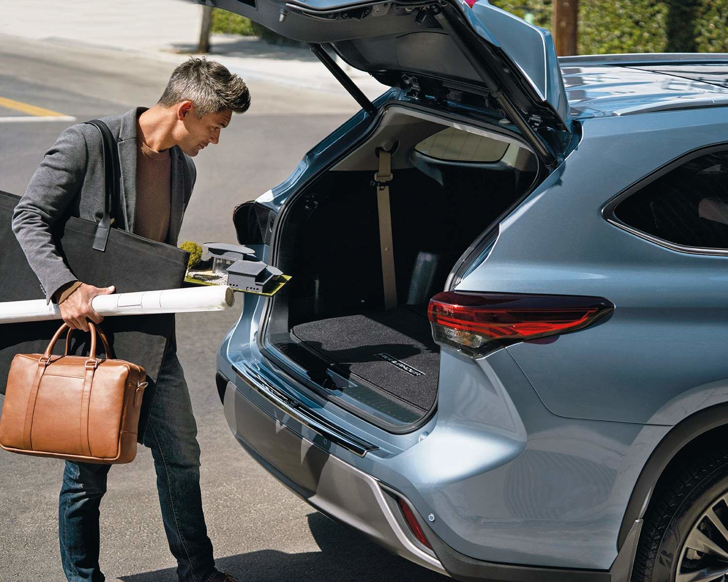 Highlander Platinum AWD cargo area shown in Moondust
