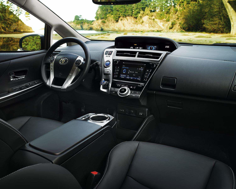 Intérieur de la Prius v avec groupe Technologie montré en SofTex noir