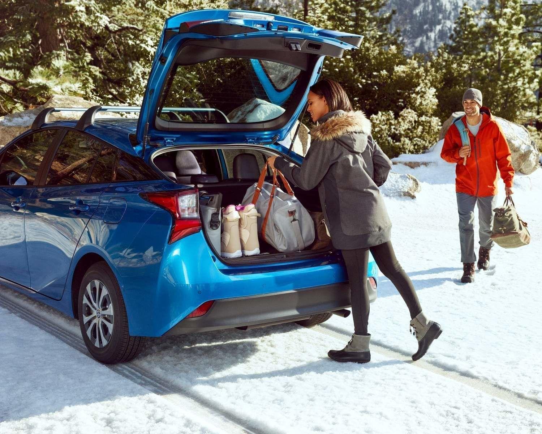 Prius Technologie AWD-e montrée en Bleu orage électrique