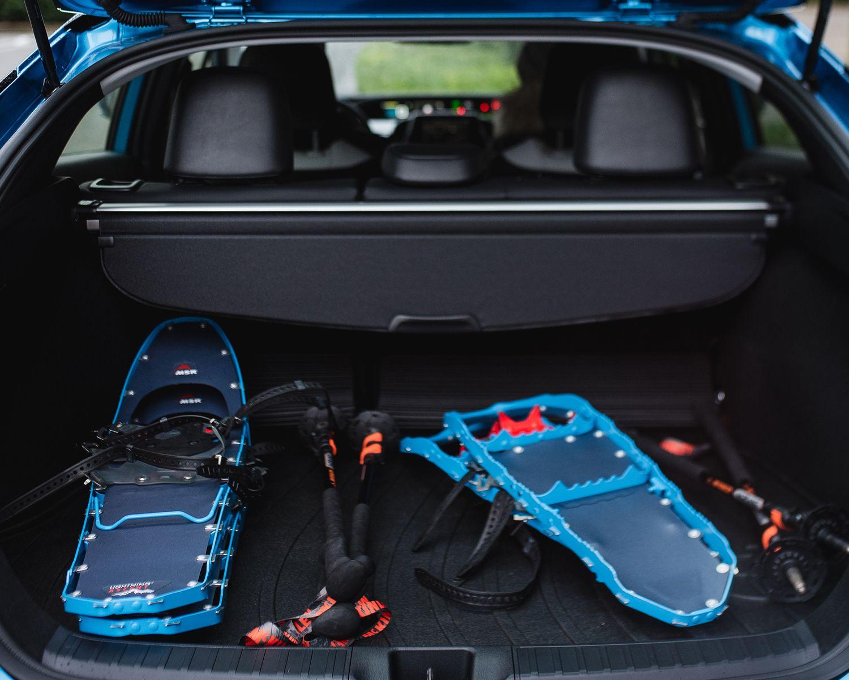 Compartiment de charge de la Prius Technologie AWD-e couleur Bleu orage électrique