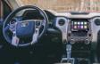 Tundra CrewMax SR5 avec groupe Hors Route TRD montré en intérieur en tissu noir
