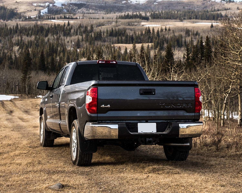Tundra Double Cab SR5 Plus montré en gris noir minuit métallisé