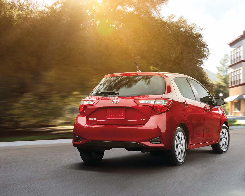 Yaris Hatchback 5 portes LE montrée en Rouge absolu