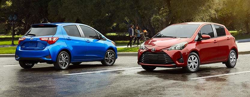 Modèles Yaris Hatchback montrés en Bleu éclipse métallisé et Rouge absolu