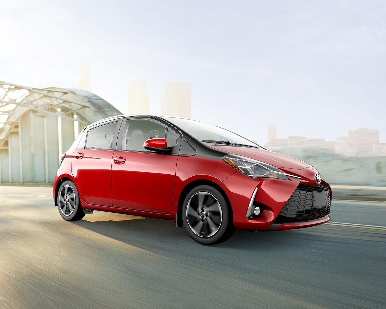 Yaris Hatchback montrée en Rouge rubis nacré avec Sable noir nacré