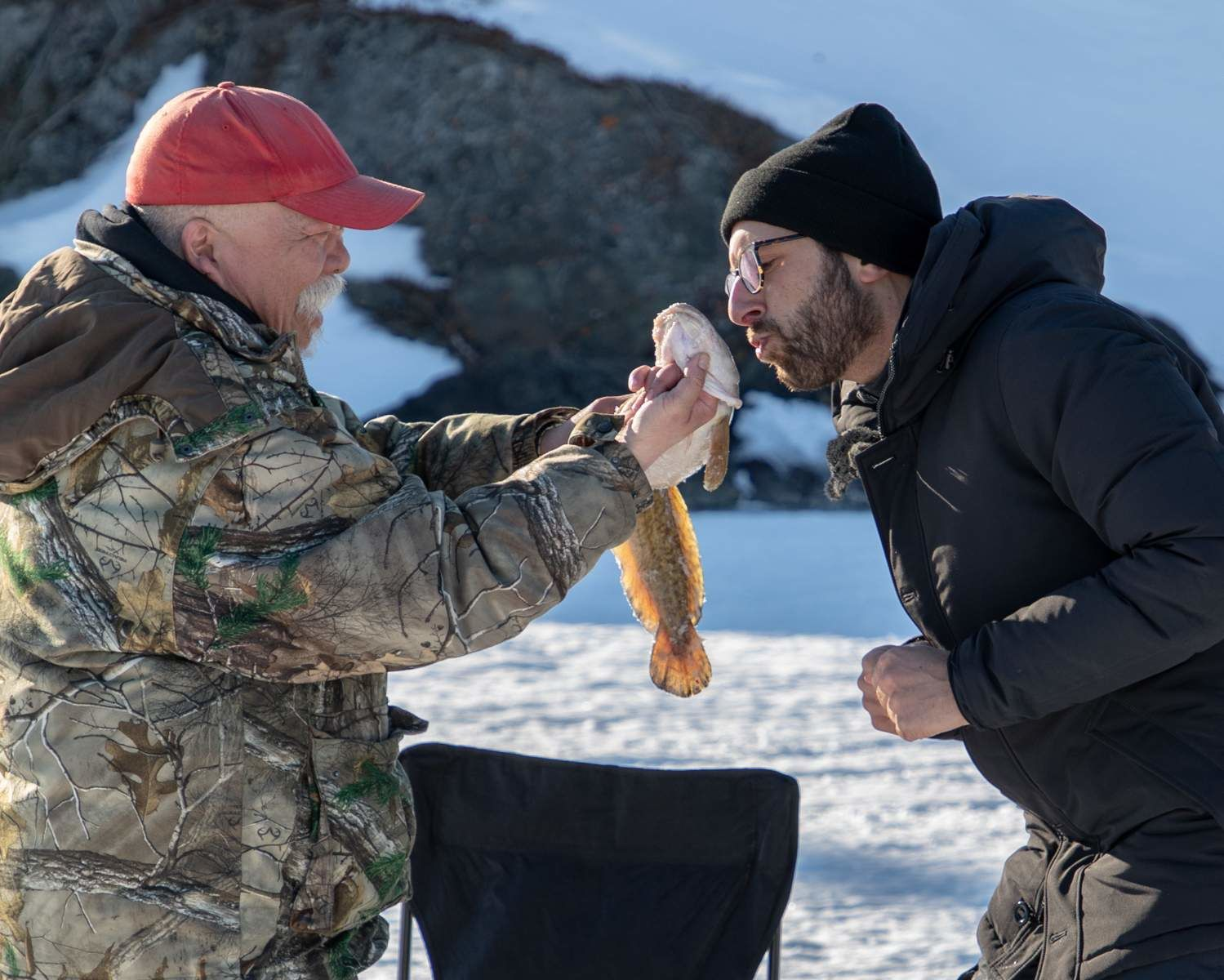 Michael et Randy, l'attrapeur de poissons, à Yellowknife, dans les Territoires du Nord-Ouest