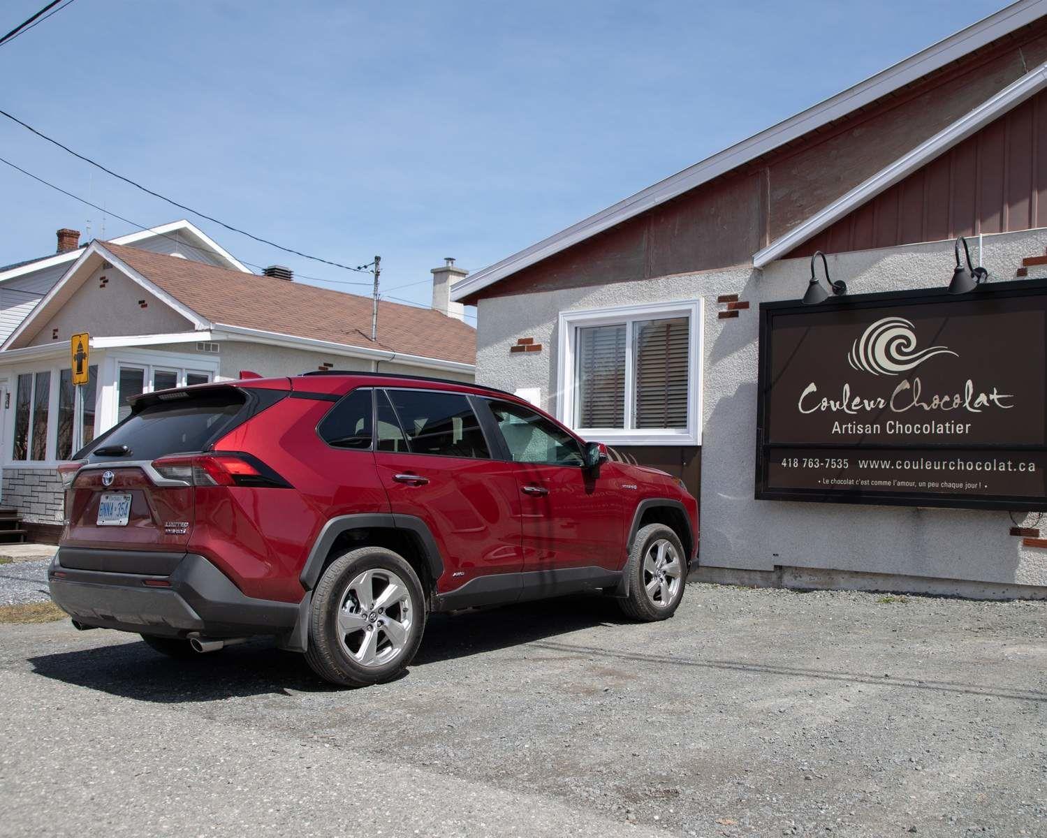 RAV4 hybride Limited à la chocolaterie Couleur Chocolat, à Sainte-Anne-des-Monts, au Québec