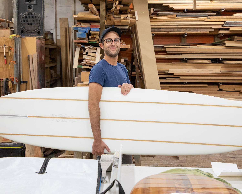 Michael avec sa planche de surf