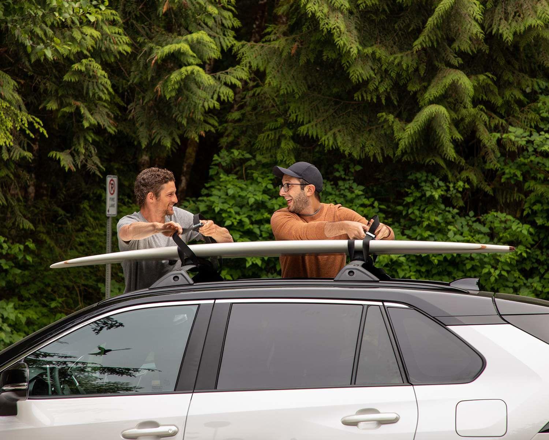 Pete Devries et Michael s'apprêtent à faire du surf à Tofino (C.-B.)