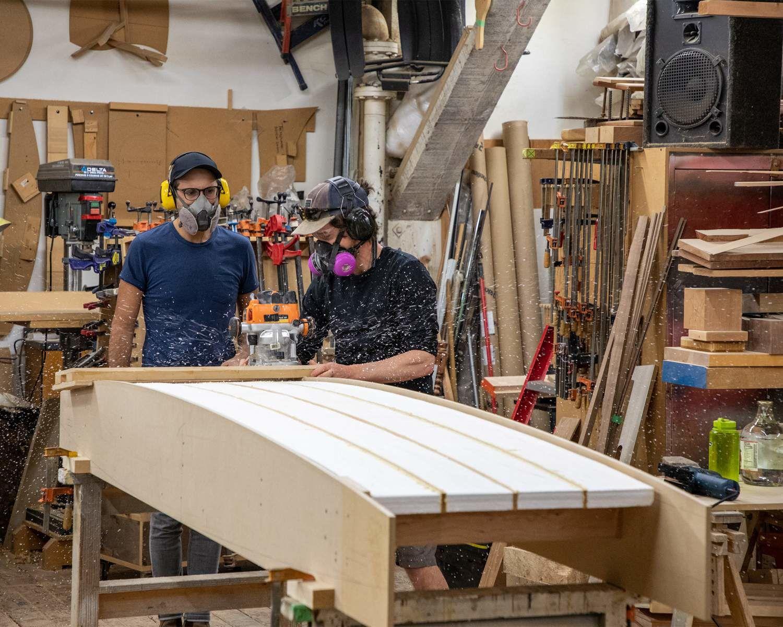 Michael et Stuart Coleman fabriquent une planche de surf, à Vancouver