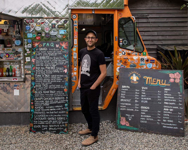 Michael visite le camion de restauration Tacofino, à Tofino (C.-B.)