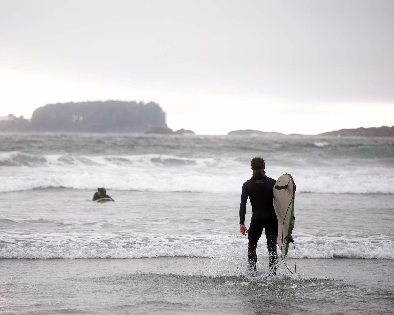 Michael et Pete Devries font du surf à Tofino (C.-B.)