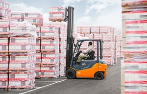 Toyota electric pneumatic tire forklift lifting pallets outside