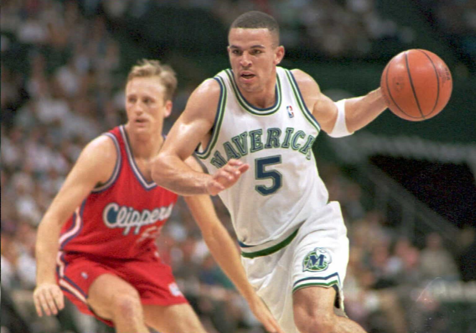 Jason Kidd of the Dallas Mavericks (R) drives the