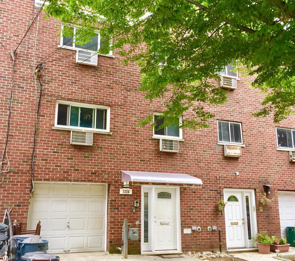 3-Bd., 1.5-Bath Apartment w/ Balcony & Yard