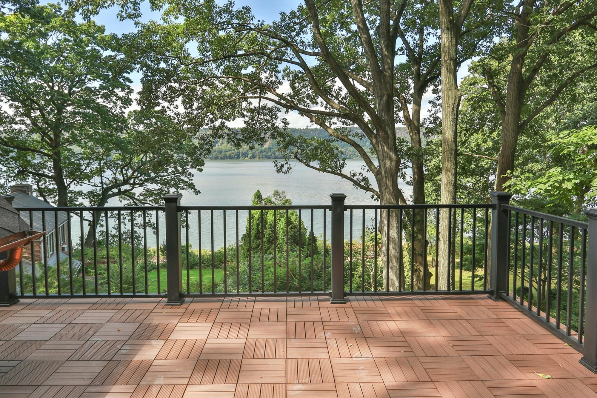 ESTATE AREA: Newly Built 4-Bd. Shingle-Style House w/ Decks & Majestic River Views on Private Cul-de-Sac