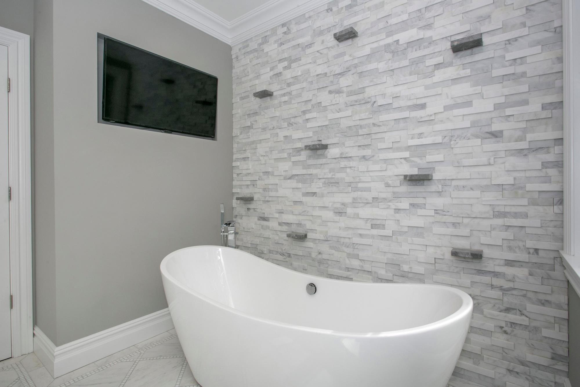 ESTATE AREA: Newly Built 4-Bd. Shingle-Style House w/ Decks & Majestic River Views on Private Cul-de-Sac