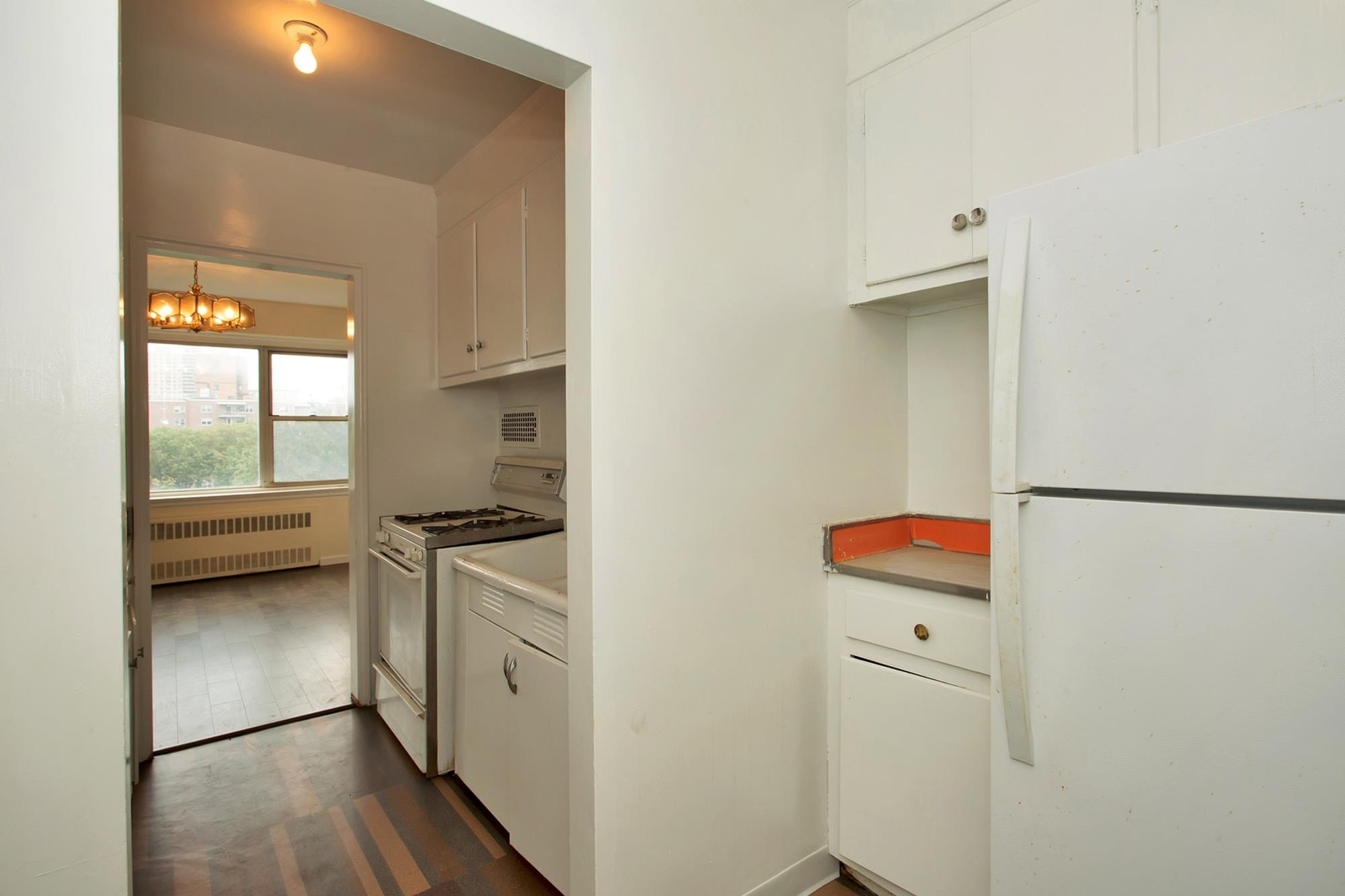 SOUTH RIVERDALE: Junior-4 (Convertible to 2-Bd.) Co-op w/ Balcony & 24-Hr. Doormen at 750 Kapppck St.