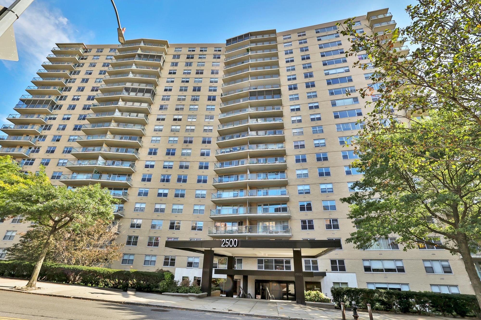 Bright Junior-4 (Converted to 2-Bd.) Luxury Co-op w/ Sunrise River View, Pool & Doormen