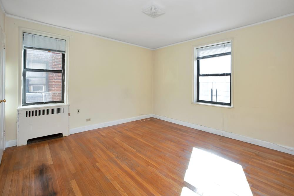 2-Bd., 2-Bath Prewar Co-op w/ Eat-in Kitchen & Spacious Dining Foyer