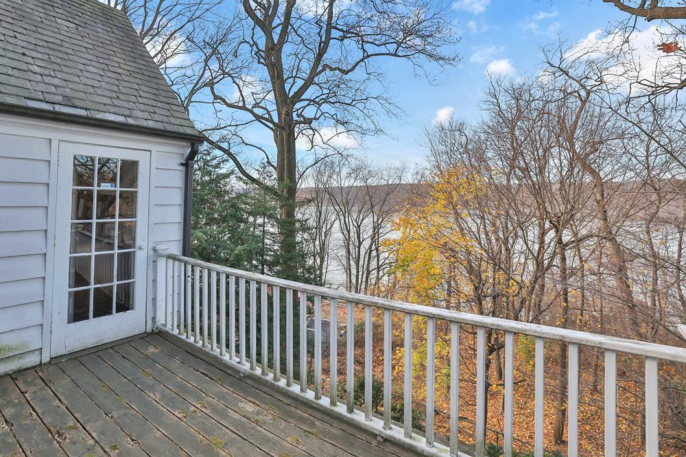 3-Bd. House w/ Porches, Roof Terrace, Grassy Garden & Seasonal River Views on Private Cul-de-Sac