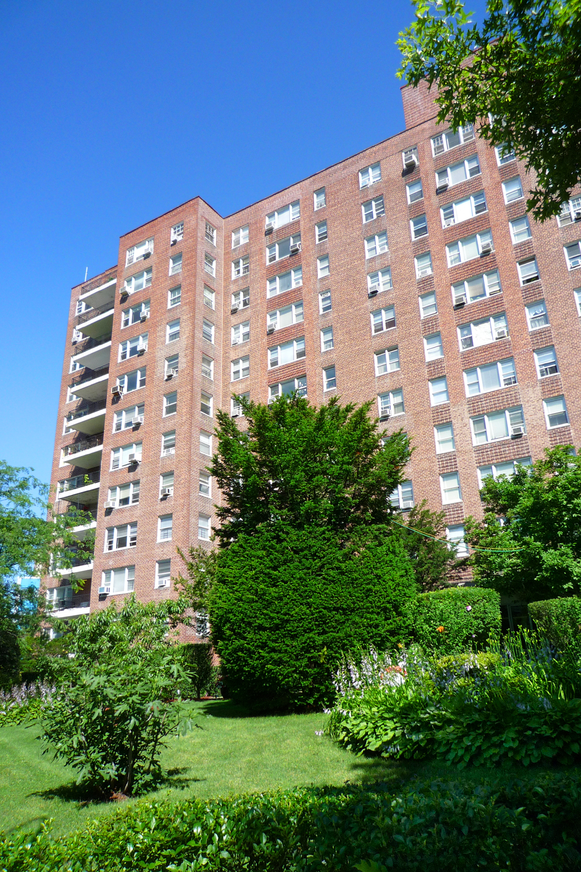 Spacious 2 Bed, 2 bath, Dining area, Balcony with Partial River Views, Doorman, Fitness Room, near shops, transportation & dog run PETS OK & PARKING AVAILABLE!!!